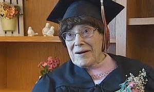 Cụ bà 103 tuổi nhận bằng tốt nghiệp trung học