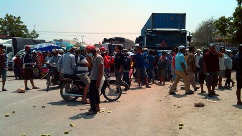 Người dân chặn xe ở quốc lộ 1 qua xã Vĩnh Tân, huyện Tuy Phong. Ảnh: Hoàng Trường