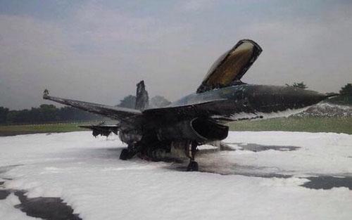 f-16-fighter-jet-terbakar-632B-7155-2768
