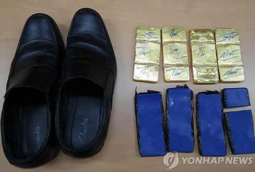Báo chí Hàn Quốc cho biết, vàng được phát hiện trong giày của tiếp viên và phi công Vietnam Airlines.Ảnh:Yonhap news.