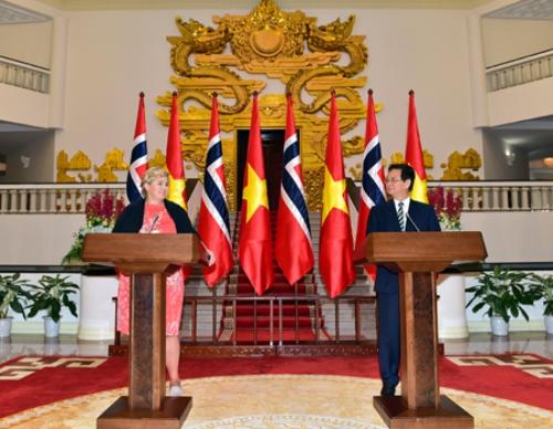 Thủ tướng Na Uy Erna Solberg và Thủ tướng Nguyễn Tấn Dũng phát biểu tại Hà Nội. Ảnh: