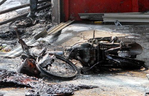 Chiếc xe máy trong cửa hàng bị cháy rụi. Ảnh: An Nhơn