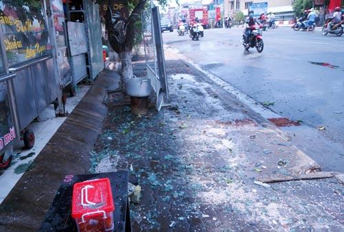 Mảnh kính nổ văng tung tóe dưới đường. Ảnh: Nguyệt Triều