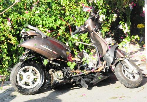 Chiếc xe máy nát bét sau vụ tai nạn. Ảnh: Hoàng Trường