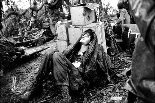 Bức ảnh nổi tiếng của Van Es vềmột binhlính Mỹbị thương tạiThừa Thiên Huế tháng 5/1969. Ảnh: AP
