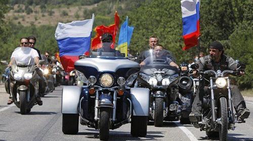 Tổng thống Putin (giữa) cùng các thành viên củaNight Wolves trong một cuộc diễu hành ở Crimea. Ảnh: AP