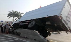 Tránh xe đầu kéo, xe tải 'vồ' dải phân cách