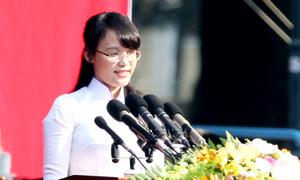 Nữ sinh trường Luật phát biểu trong lễ thống nhất đất nước