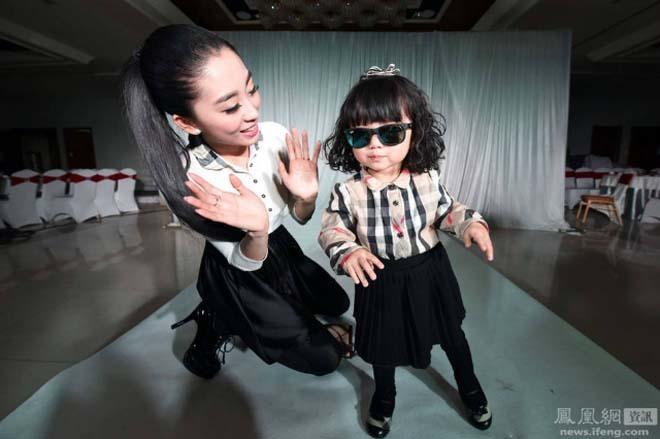Mẹ chi 160.000 USD mua đồ hiệu cho con gái 2 tuổi diễn thời trang