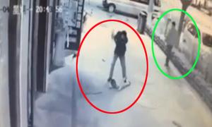 Người đi đường thờ ơ khi thấy gã đàn ông đạp em bé nứt đầu