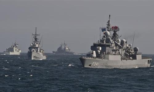 Các tàu trong Nhóm tàu Đối phó Bom min Số 2 của NATO tập trận trên Biển Đen hồi tháng 3. Ảnh: AFP.