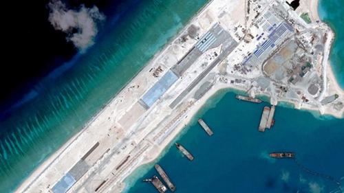 Hình ảnh vệ tinh hồi tháng 4 cho thấy một đường băng dài được Trung Quốc xây dựng trên Đá Chữ thập thuộc quần đảo Trường Sa của Việt Nam. Ảnh: Reuters