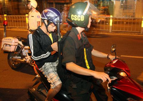Nhiều trường hợp được cảnh sát đưa về trụ sở để lập biên bản trong đêm đầu ra quân. Ảnh: An Nhơn