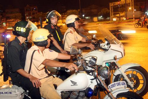 Tổ công tác tuần tra phòng, chống đua xe trong dịp SEA Games. Ảnh: An Nhơn