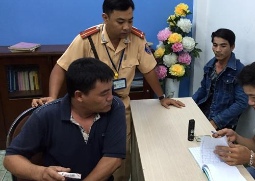 Khoảng một tiếng sau, trên tuyến đường Thành Thái (phường 12, quận 10), tổ tuần tra chăn 2 thanh niên lái xe không nón bảo hiểm. Qua kiểm tra hành chính, người lái không mang theo bằng lái, giấy tờ xe. Trong người họ, cảnh sát phát hiện bình xịt hơi cay và một sổ ghi nợ. Tại trụ sở công an, lái xe tên Trần Văn Thời (30 tuổi) từng có tiền sự mang theo vũ khí bị lập biên bản tại huyện Hóc
