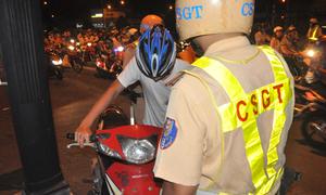 Dân chơi xăm mình mang hung khí bị 'tuýt còi' giữa đêm