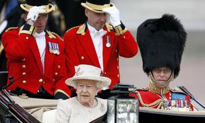 Hơn 1.000 lính Anh diễu binh mừng sinh nhật Nữ hoàng