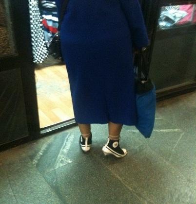Chiếc dày cao gót có vẻ không hợp với lại bộ áo.