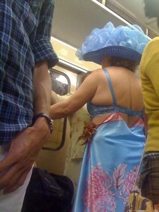 Thời trang đi biển trên tàu điện.