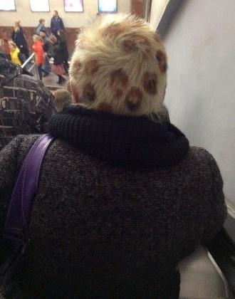Kiểu tóc rất thời trang được chụp lại tại ga tàu điện.