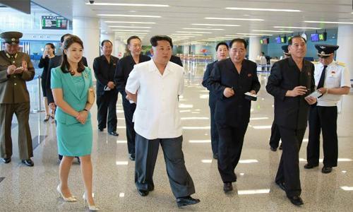 Ri Sol-ju (váy xanh) cùng Kim Jong-un và nhiều quan chức cấp caođến thăm Nhà Ga số 2, sân bay quốc tế Bình Nhưỡng, ngoài Ri còn có em gáiKim Yo-Jong