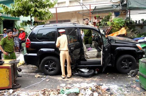 Phương đã bỏ chiếc Lexus rời khỏi hiện trường sau khi gây tai nạn. Cảnh sát kiểm tra ôtô nhưng không tìm thấy bất kỳ giấy tờ nào. Ảnh: An Nhơn