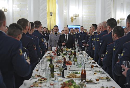 Tổng thống VladimirPutin(giữa) tiếp đón các cử nhân học viện quân sự tại điện Kremlin hôm qua. Ảnh: Reuters