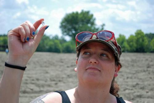 Bobbie Oskarson và viên kim cương đào được. Ảnh:New York Daily News
