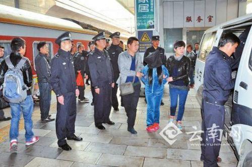 Cảnh sát Trung Quốcgiải cứu và hồi hương12 phụ nữ Việt. Ảnh: Yunam.cn
