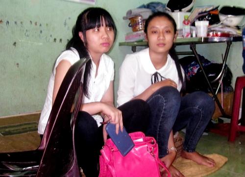 Hai nữ sinh bị trộm giấy tờ được công an chở đến phòng thi. Ảnh: Tùy Phong.