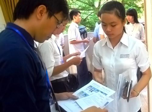 Thí sinh làm thủ tục thi môn đầu tiên. Ảnh: Nguyễn Duy.