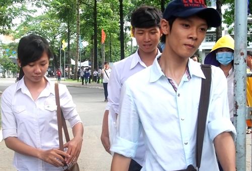 Các thí sinh rời cổng trường sau khi thi môn Địa. Ảnh: Nguyễn Duy.