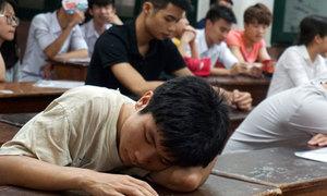 Sĩ tử lẫn phụ huynh kiệt sức vì nắng nóng