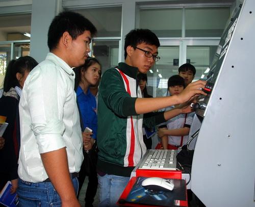 Điểm chuẩn vào trường Đại học Sư phạm Kỹ thuật TP HCM sẽ tăng cao. Trong ảnh: Học sinh các trường THPT tại TP HCM tìm hiểu môi trường học tập tại Đại học Sư phạm Kỹ thuật.