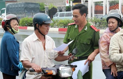 Công an huyện Chơn Thành phát thư vận động cho người dân đi đường. Ảnh: Phước Tuấn