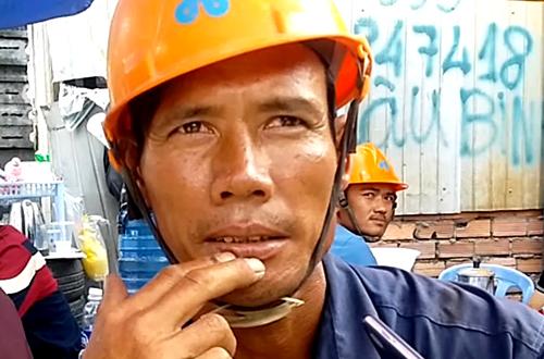 Công nhân Ngô Văn Lâm thoát chết sau vụ sập giàn giáo. Ảnh: Hải Hiếu.