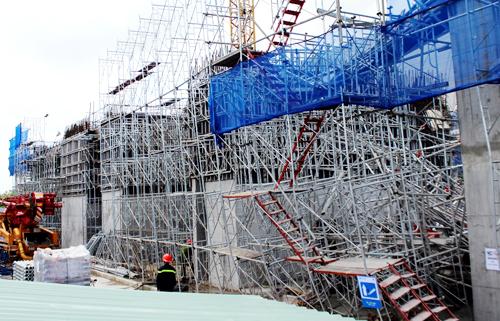 Lực lượng cứu hộ gặp nhiều khó khăn do khối sắt thép giàn giáo khổng lồ. Ảnh: Hải Thuận.