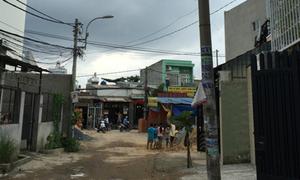 Cột điện bị nghiêng, không sử dụng nhiều năm ở Sài Gòn
