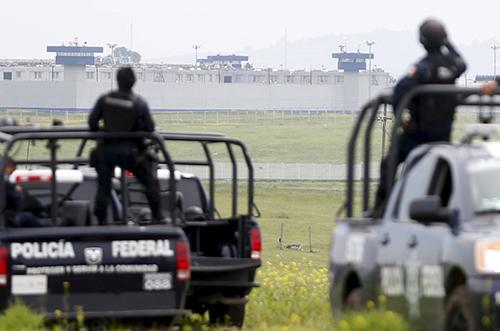 Cảnh sát quan sát từ đằng saunhà tùAltiplano. Ảnh: Reuters
