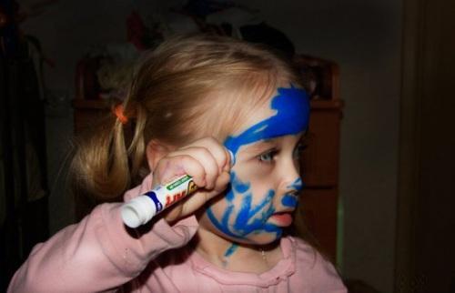 Để bé chơi với bút màu.