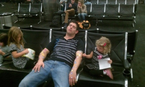 Trông con ở sân bay là cực hình.