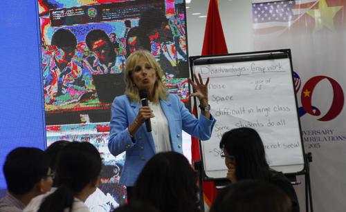 Sáng 21/7, phu nhân phó tổng thống Mỹ tham dự hội thảo chủ đề giảng dạy tiếng Anh ở Việt Nam dành cho giáo viên Phổ thông Trung học.