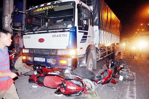 Xe máy cùng người bị cuốn vào gầm xe tải. Ảnh: Hải Thuận