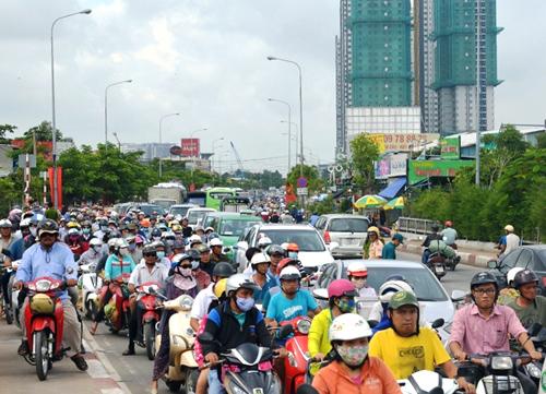 Tai nạn làm xe cộ qua cầu kênh Tẻ ùn tắc suốt 3 giờ. Ảnh: Hải Thuận.