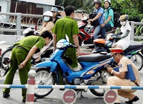 Công an điều tra hiện trường vụ tai nạn. Ảnh: Hải Thuận.