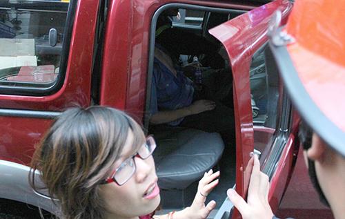 Người bị ngạt khói được cảnh sát đưa đi cấp cứu. Ảnh: Hải Thuận.