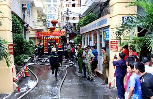 Cảnh sát chữa cháy có mặt dập lửa ở khách sạn 4 tầng. Ảnh: Hải Thuận.