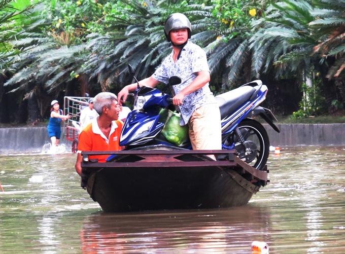 Quốc lộ 18A ngập sâu, hàng trăm phương tiện bị mắc kẹt