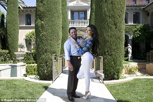 Mafiađang hẹn hò với triệu phúJohn Gray,nhà sáng lập kiêm giám đốc điều hành chuỗi câu lạc bộ thoát y Spearmint Rhino