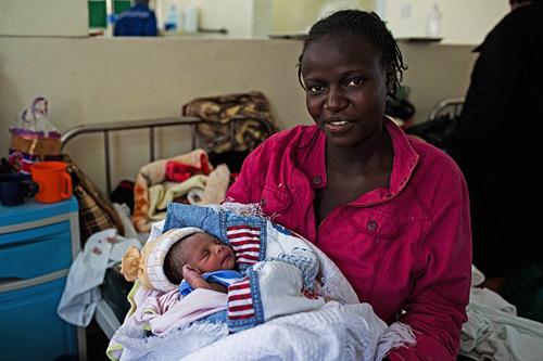 Một người mẹ ôm con gái mới sinh được đặt tên làMichelle,theo tên của Đệ nhất phụ nhân Mỹtại bệnh viện ở thủ đôNairobi. Ảnh: AFP